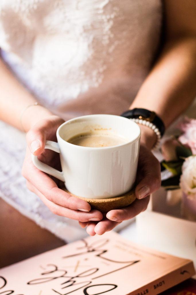 Šálek kávy v ruce