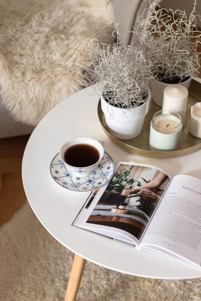 útulný koutek se stolem a knihou v obývacím pokoji