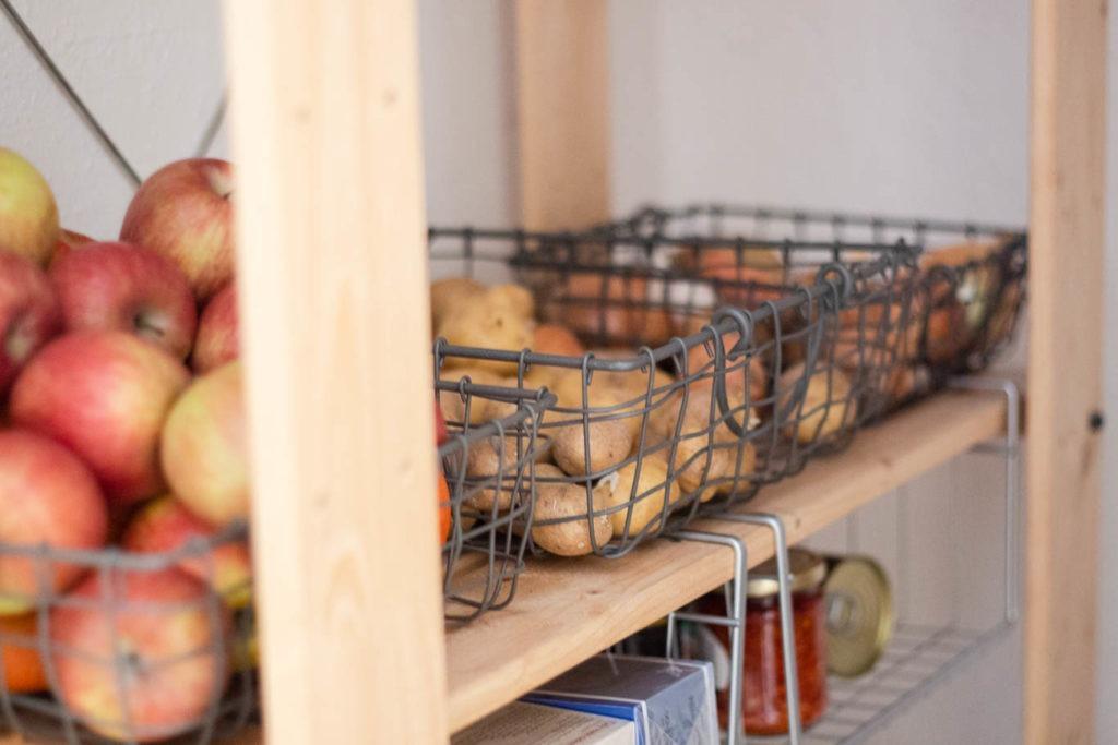 uspořádání potravin ve spíži a kuchyni